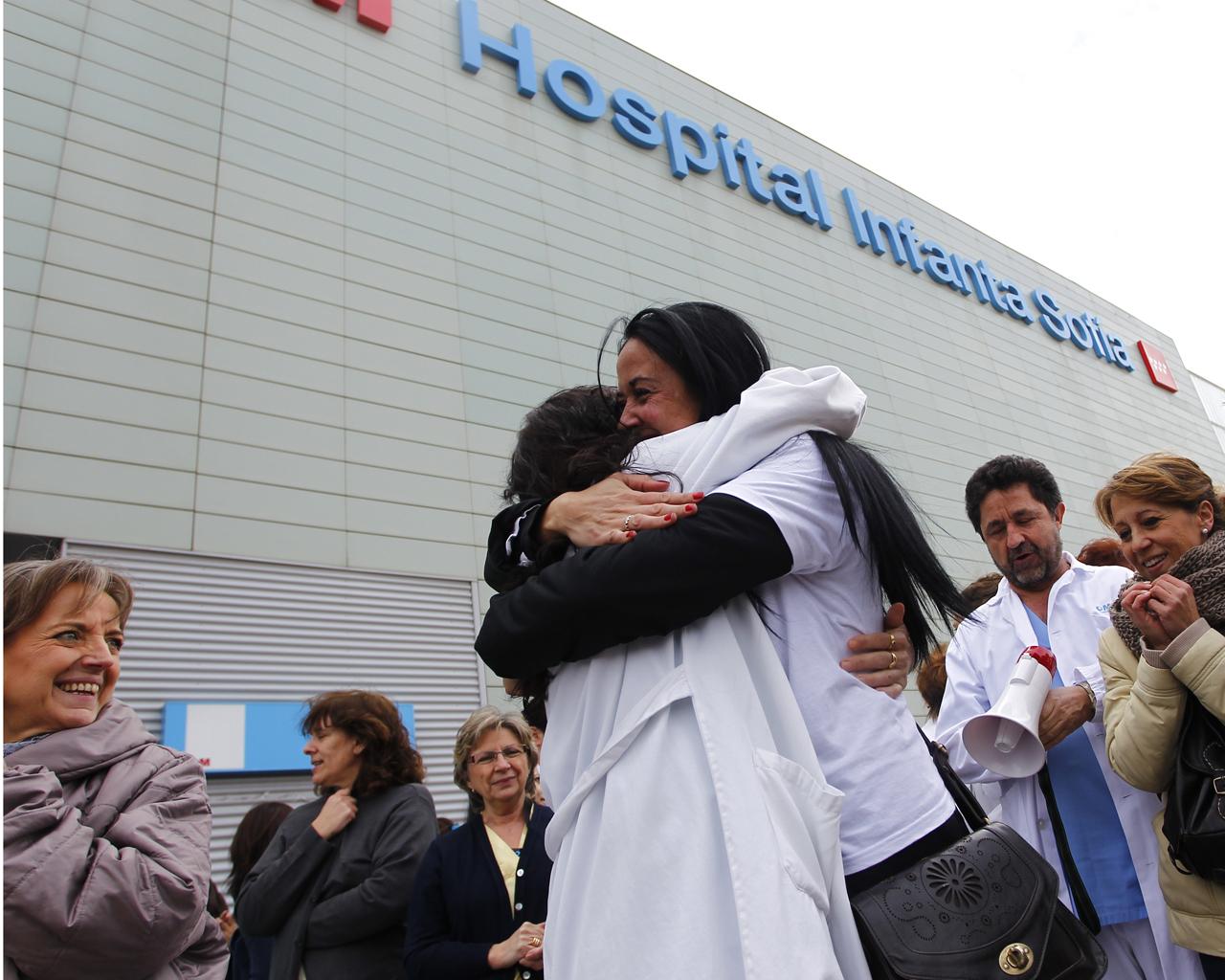 Celebración de personal sanitario tras la paralización de la privatización sanitaria en Madrid.