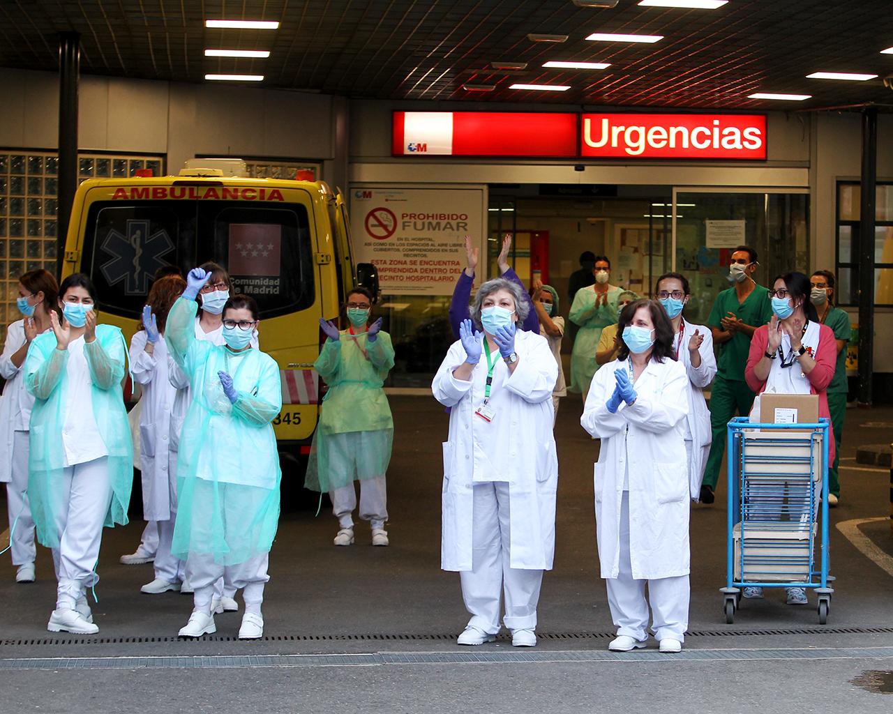 Aplausos del personal sanitario del hospital La Paz. Madrid. 29/03/2020.