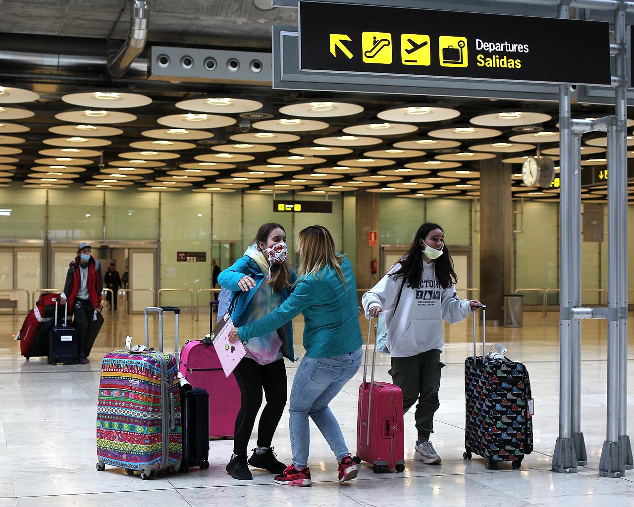 Abrazos en la Terminal 4 del aeropuerto Adolfo Suárez Madrid Barajas. 13/05/2020.