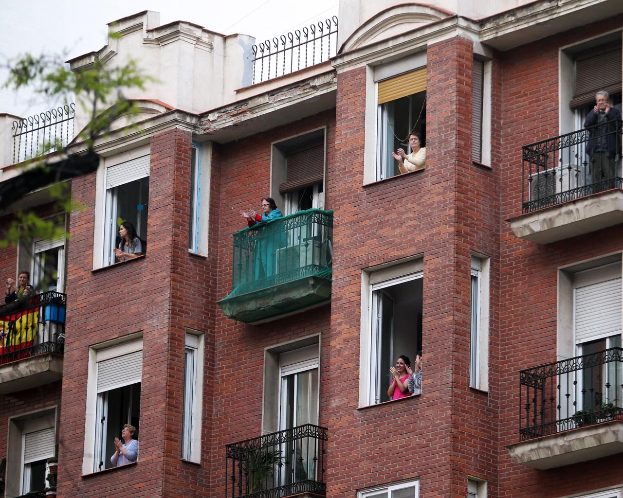 Aplausos a las ocho de la tarde, en el centro de Madrid. 14/04/2020.