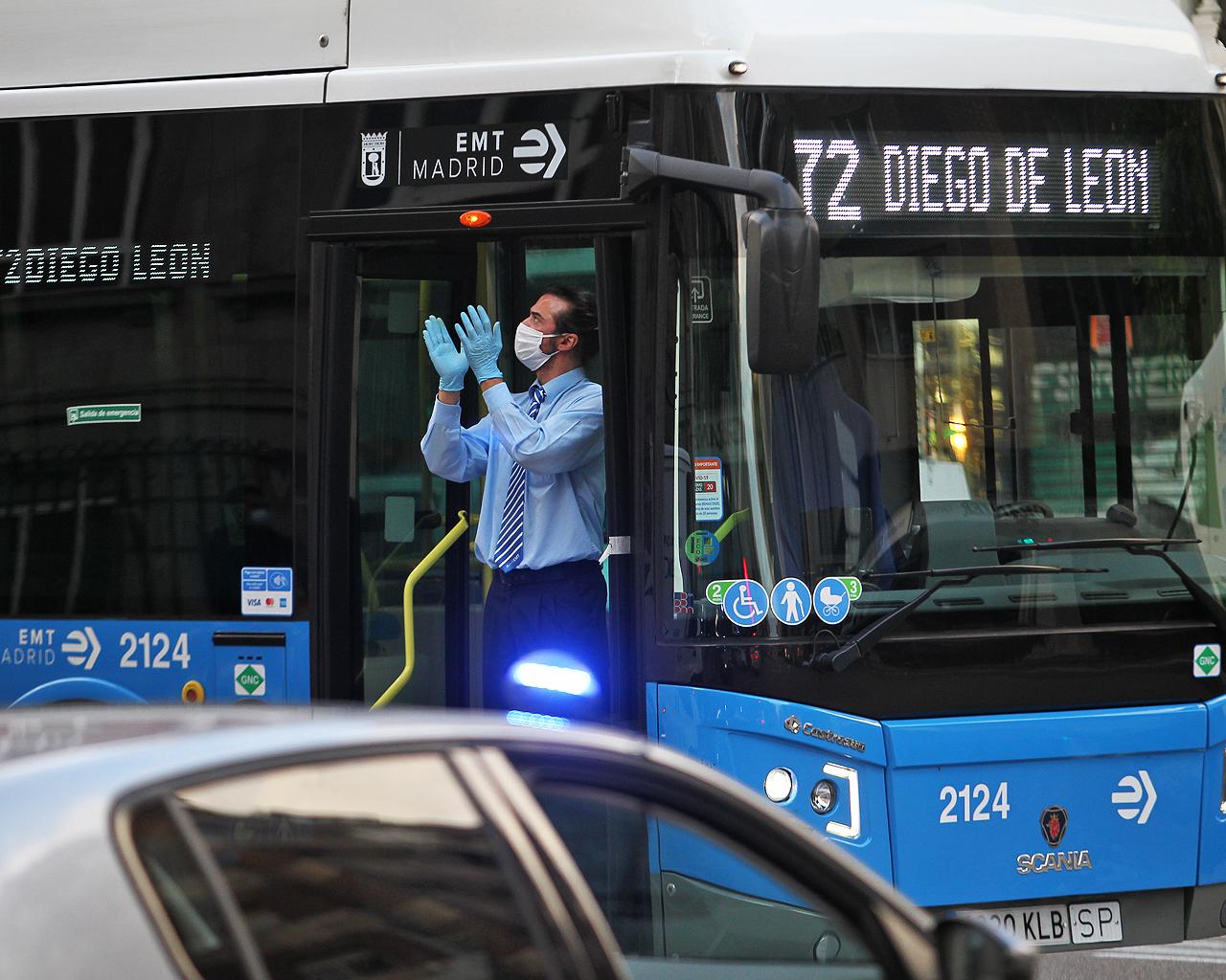 Un conductor de la EMT aplaude a las ocho de la tarde. Madrid. 14/04/2020.