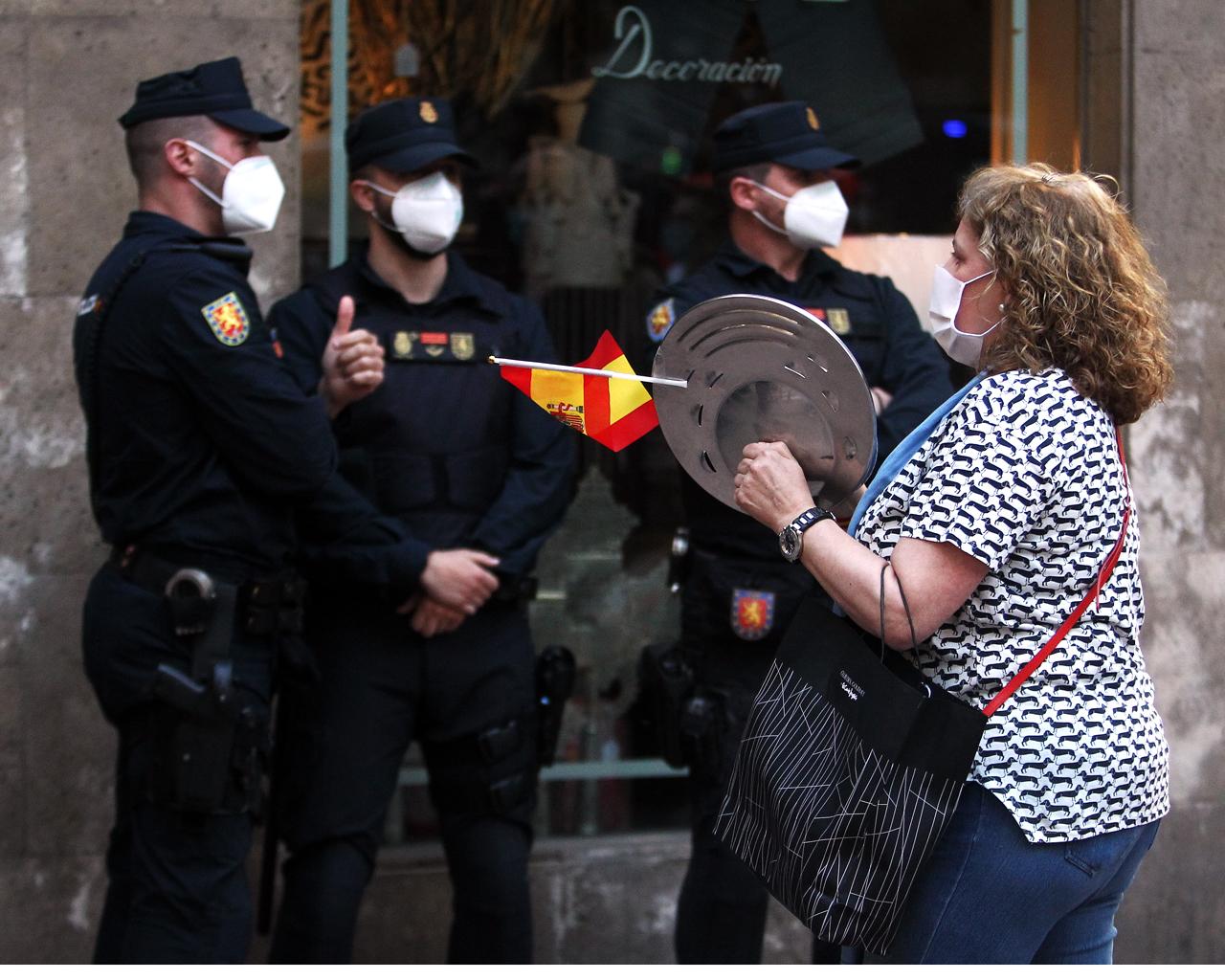 Cacerolada contra el Gobierno en la calle Núñez de Balboa de Madrid. 17/05/2020.