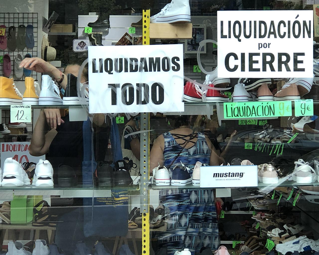 Liquidación por cierre en un comercio del barrio de Embajadores. Madrid. 16/07/2020.