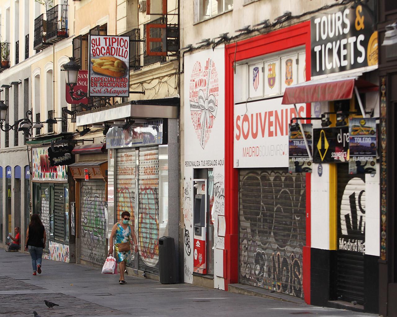Comercios cerrados en la calle Postas. Madrid. 01/07/2020.