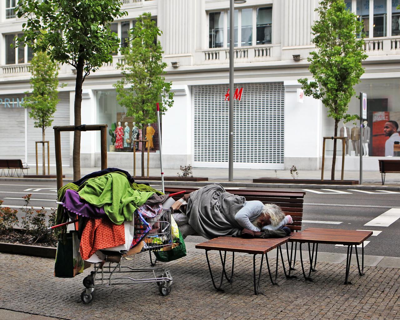 Un mendigo duerme en el centro de la ciudad. Madrid. 06/04/2020.