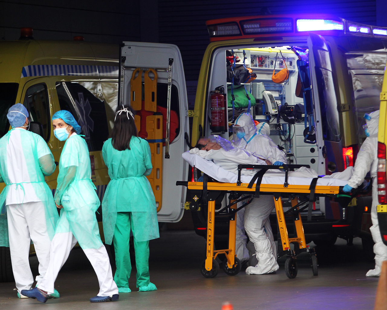 Traslado de enfermos en el Hospital Infanta Sofía. S.S. Reyes. Madrid. 04/04/2020.
