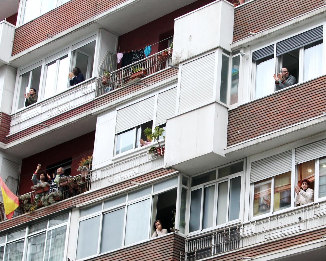 Aplausos en los balcones y terrazas a las 20 horas. Madrid. 02/04/2020.
