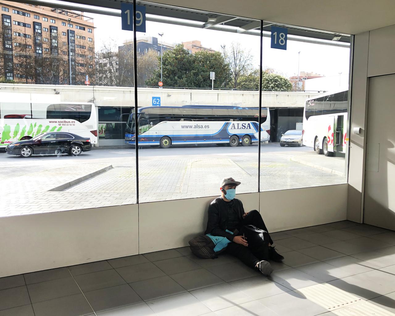 Estudiantes salen de Madrid tras la suspensión de las clases universitarias. Estación Sur de autobuses. Madrid. 11/03/2020.