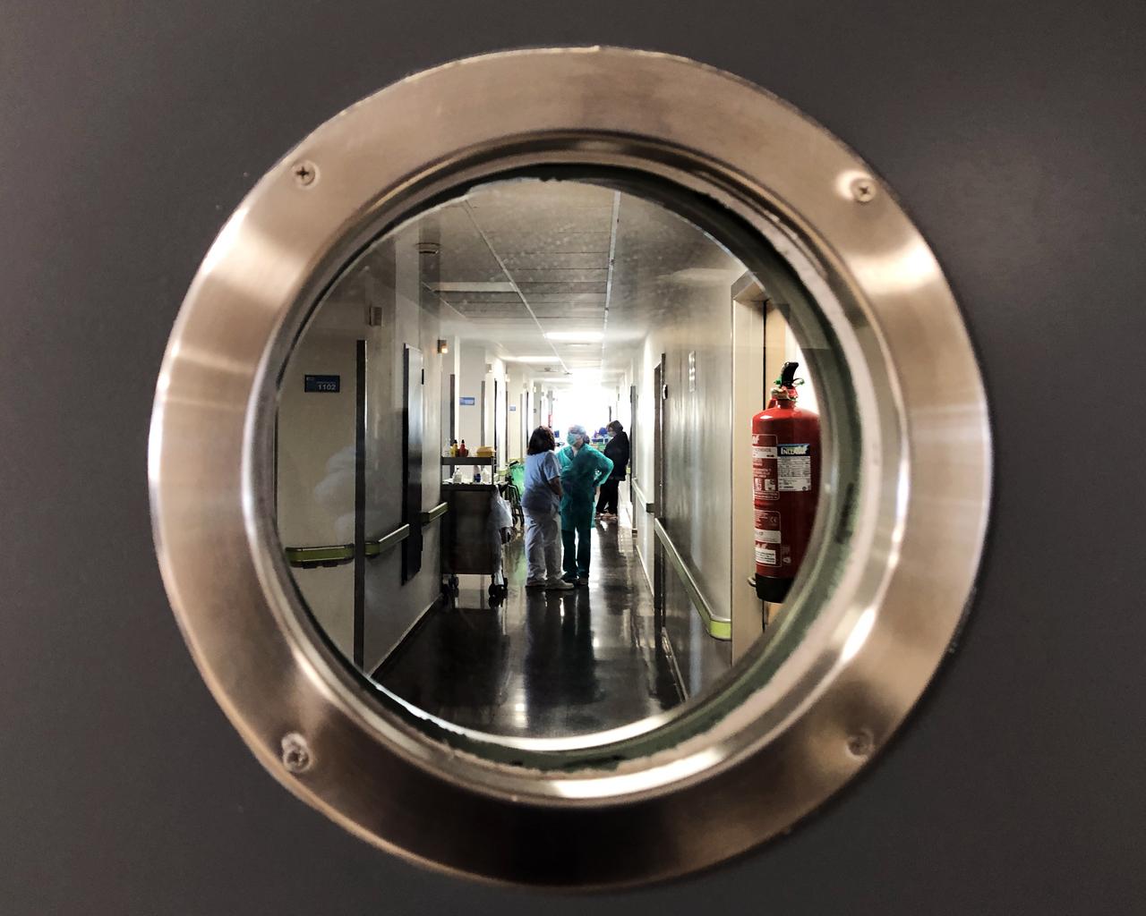 Personal sanitario trabajando en el Hospital Ramón y Cajal de Madrid. 18/03/2020.