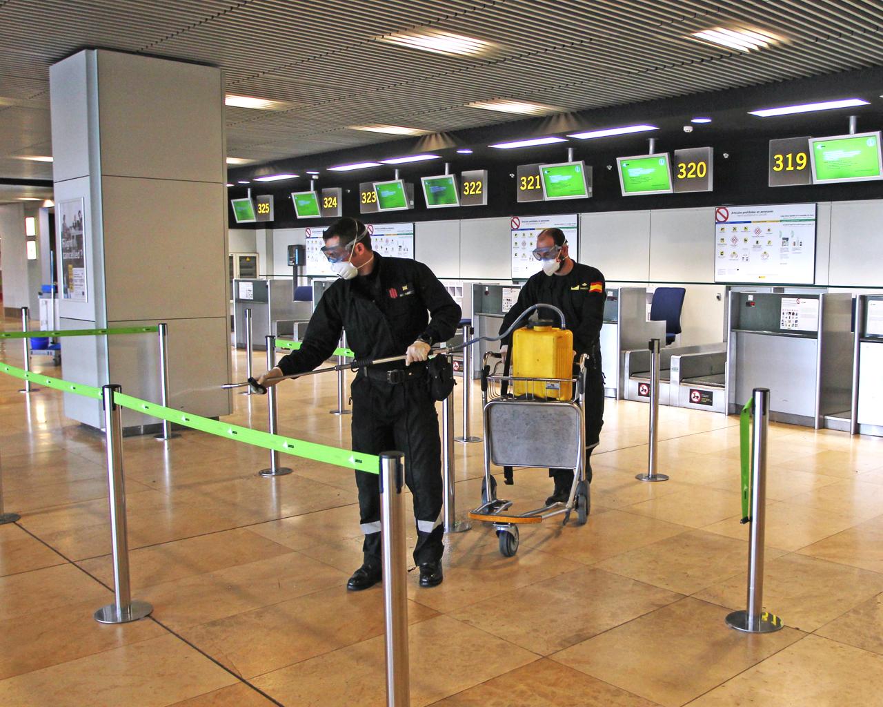 La UME (Unidad Militar de Emergencias) desinfecta el Aeropuerto Adolfo Suárez Madrid Barajas. Madrid. 18/03/2020.