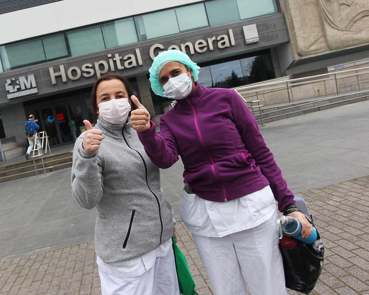 Personal sanitario, antes de incorporarse a su turno en el hospital de La Paz. Madrid. 20/03/2020.