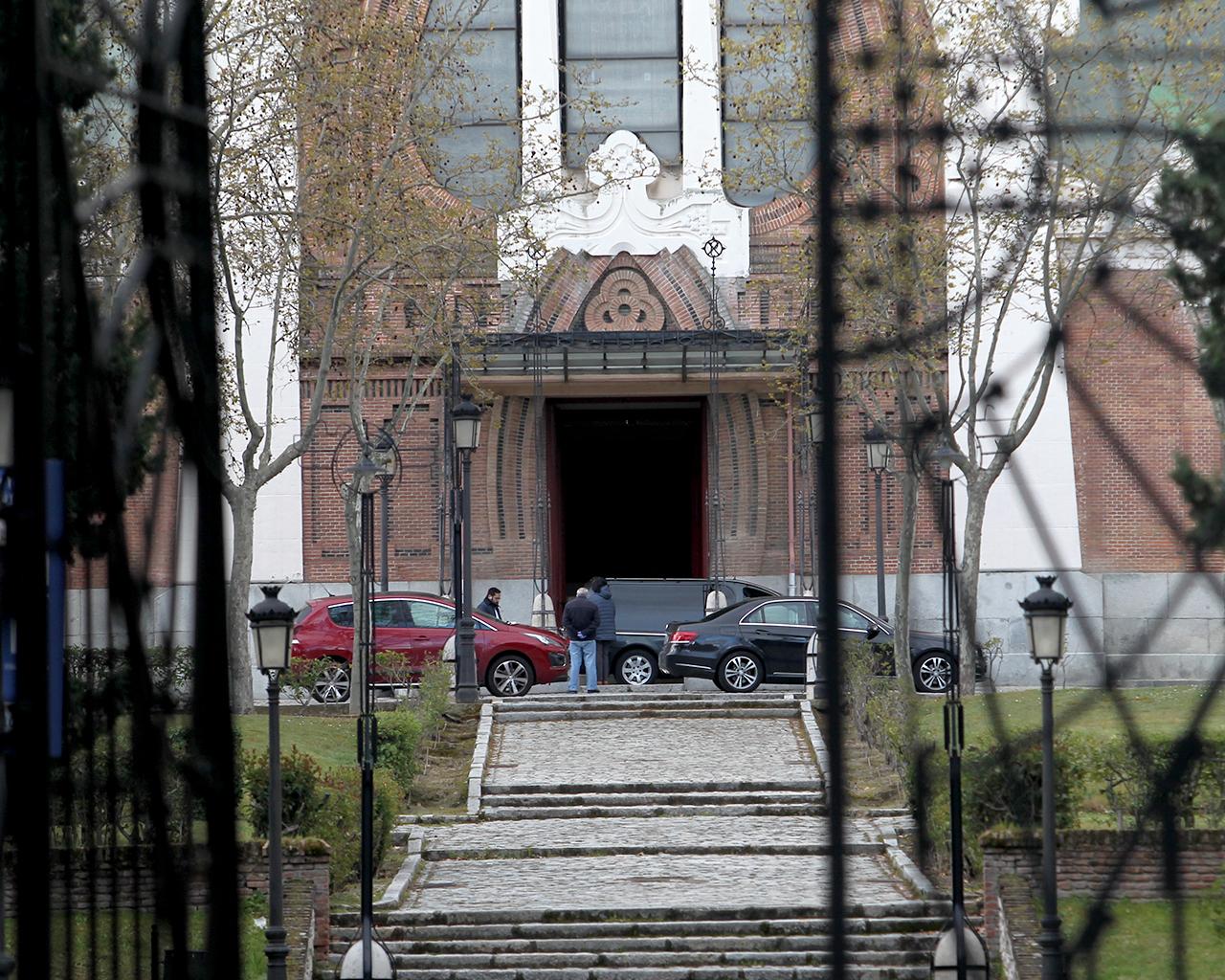 Responso previo a un entierro en el cementerio de La Almudena. Madrid. 23/03/2020.