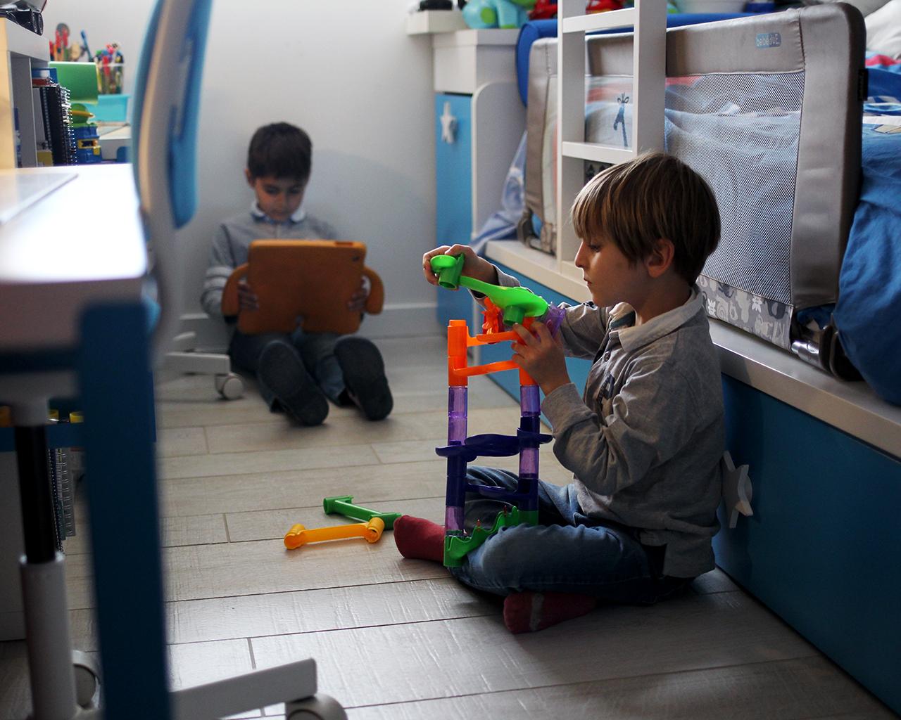 Dos niños juegan en su cuarto. La Comunidad de Madrid suspendió el curso escolar el día 11 de marzo. Madrid. 24/03/2020.