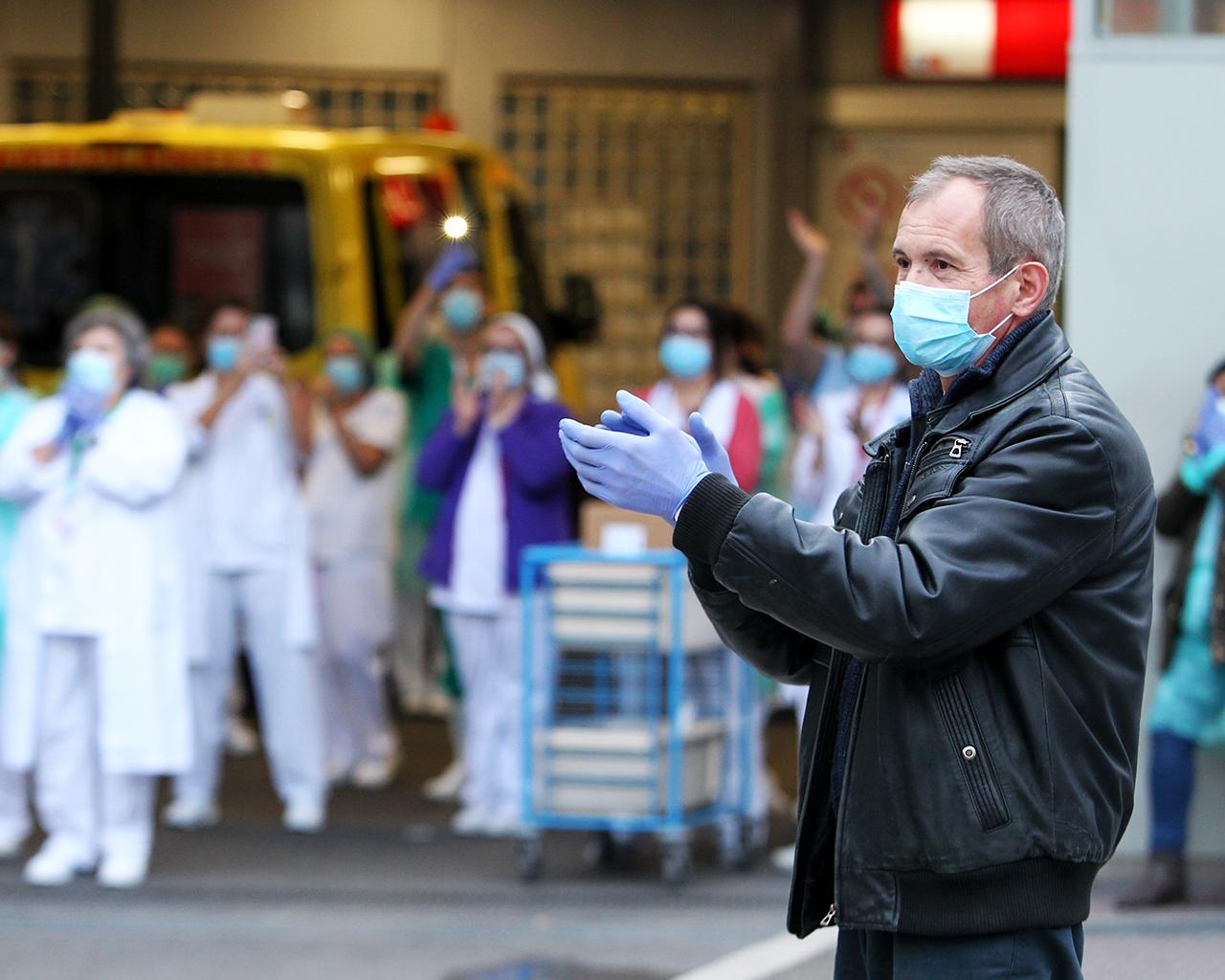 Un hombre aplaude al personal sanitario del hospital La Paz. Madrid. 29/03/2020.