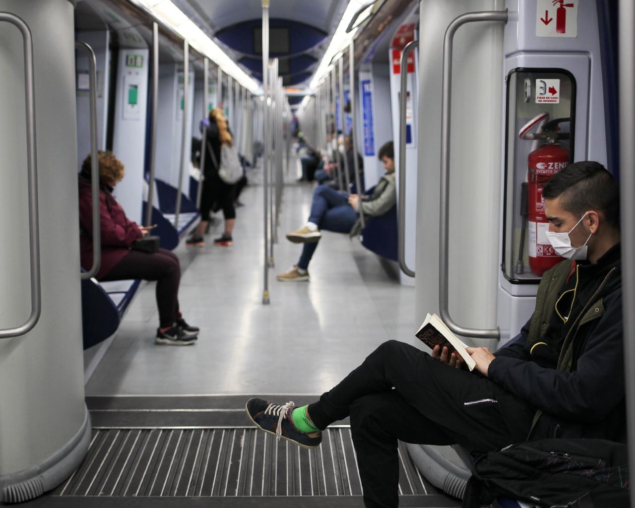 Usuarios en un vagón del Metro de Madrid. 30/03/2020.