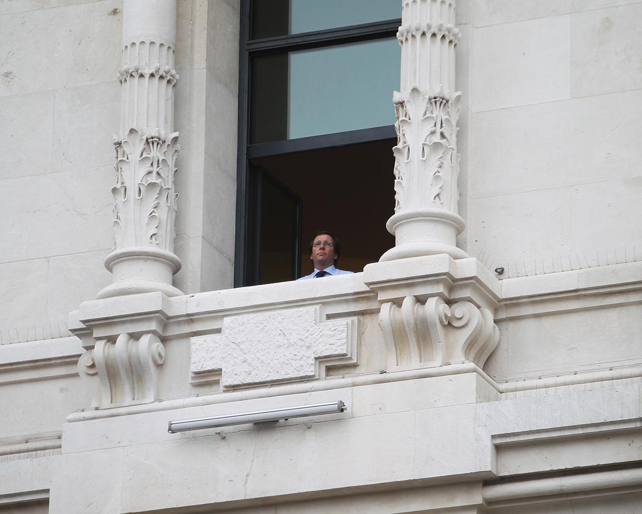 El alcalde de la ciudad, Jose Luis Martínez-Almeida, guarda un minuto de silencio por las víctimas desde la ventana del Ayuntamiento. 30/03/2020. Madrid.