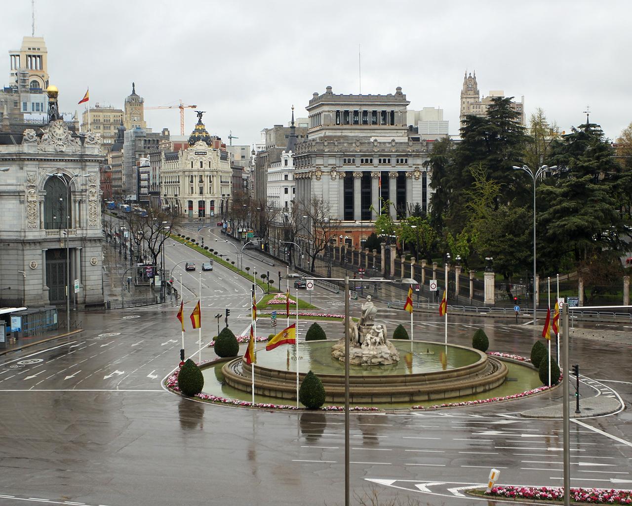 Banderas a media asta en el centro de la ciudad. Madrid. 31/03/2020.