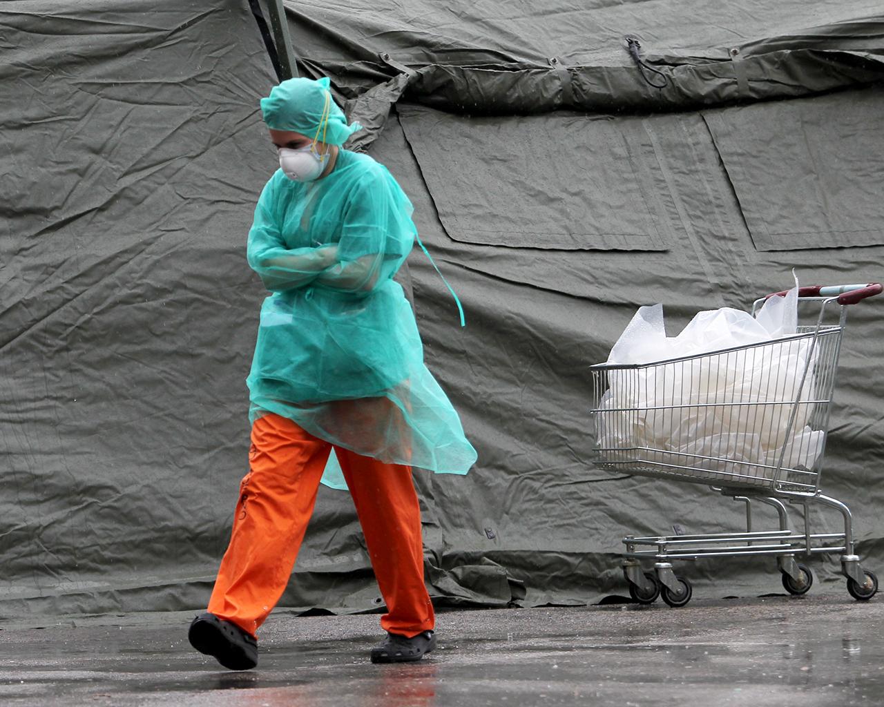 Personal sanitario junto a las Urgencias del hospital Gregorio Marañón. Madrid. 31/03/2020.