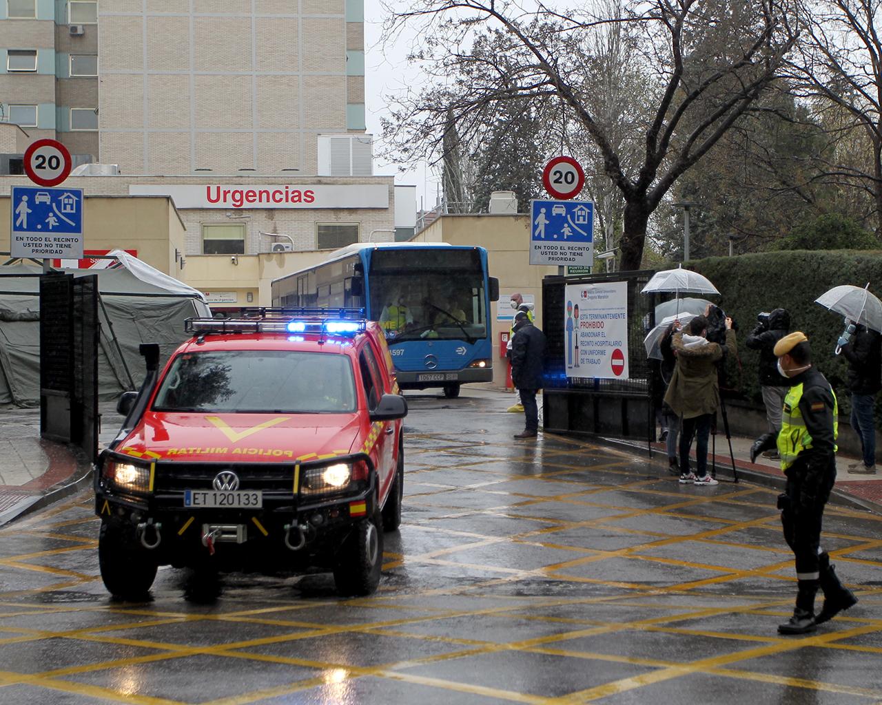 Traslado de pacientes del hospital Gregorio Marañón hacia Ifema. Madrid. 31/03/2020.