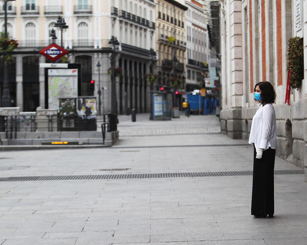 La presidenta de la Comunidad de Madrid, Isabel Díaz Ayuso, durante el minuto de silencio celebrado en la Puerta del Sol. Madrid. 23/04/2020.
