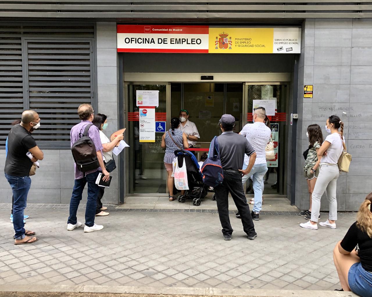 Ciudadanos esperan en una oficina de empleo en  el barrio de Arganzuela. Madrid. 09/07/2020.