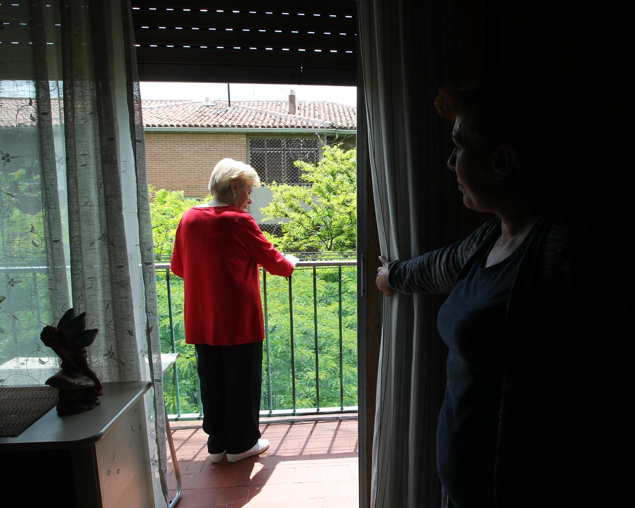 Juana es dependiente, y su centro de día cerró al comienzo de la pandemia. Su hija Mª Ángeles se reincorporará pronto a su puesto de trabajo. Madrid. 30/04/2020.