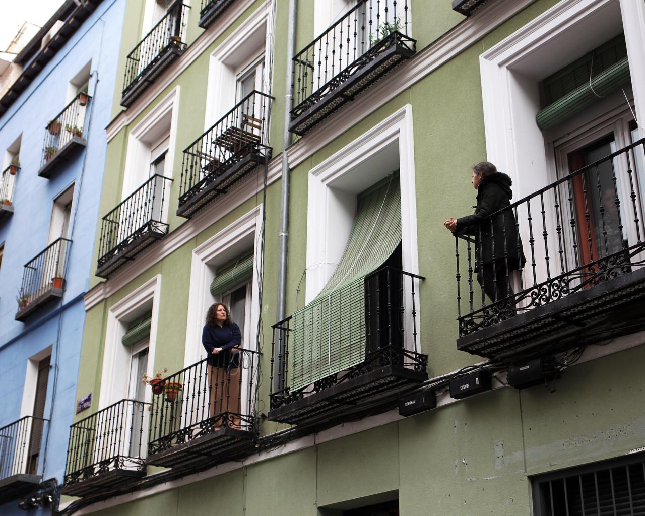 Dos vecinas charlan en el barrio de Lavapiés, Madrid. 23/04/2020.