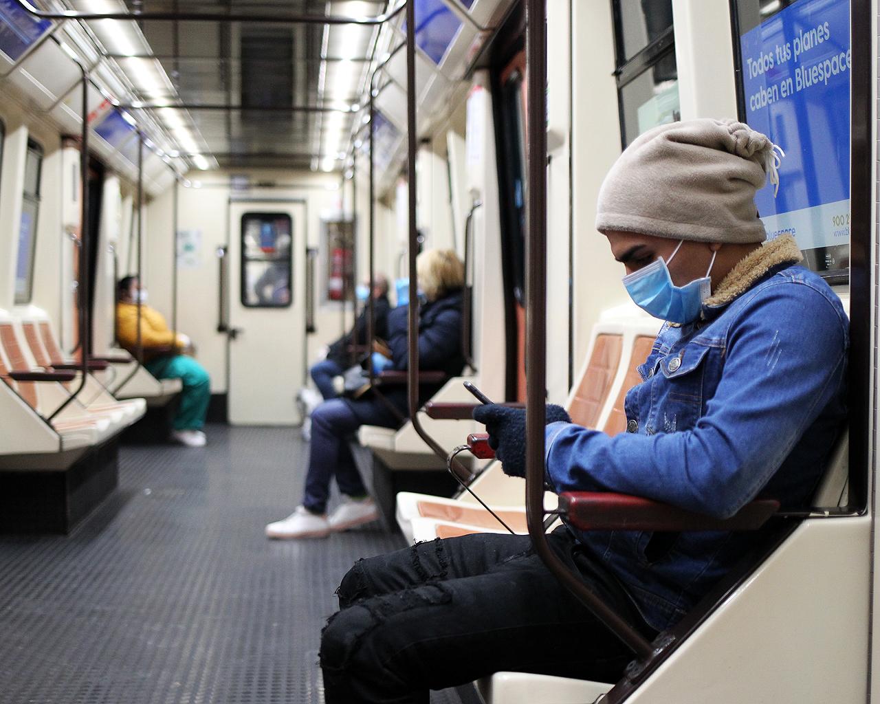 Un usuario del Metro de Madrid, con su mascarilla. 13/04/2020.