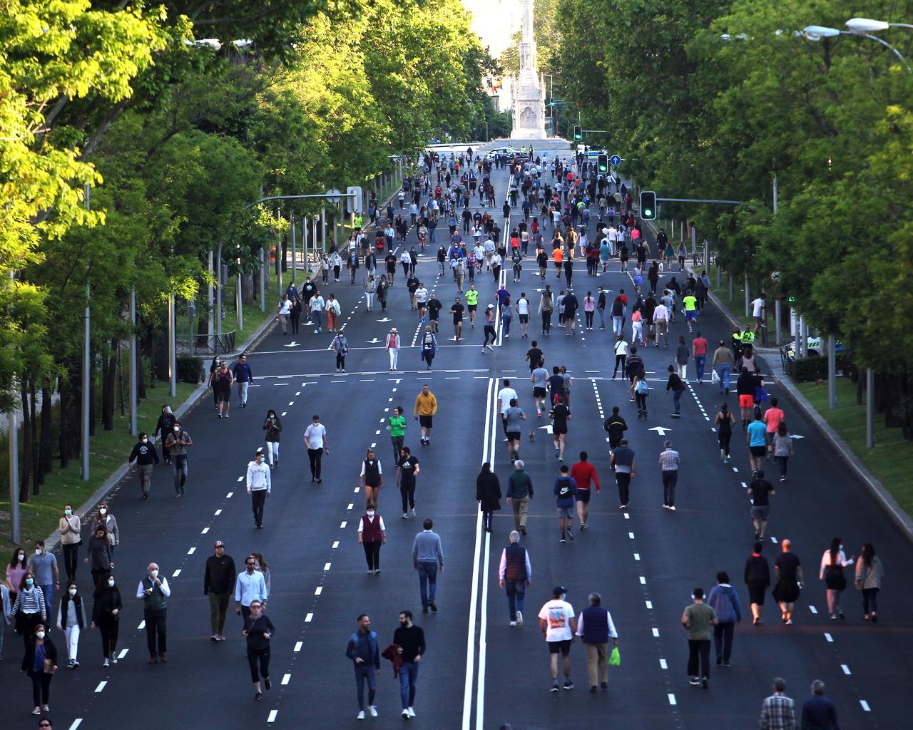 Paseo de tarde en fase 0 en el Paseo de la Castellana de Madrid.  17/05/2020.
