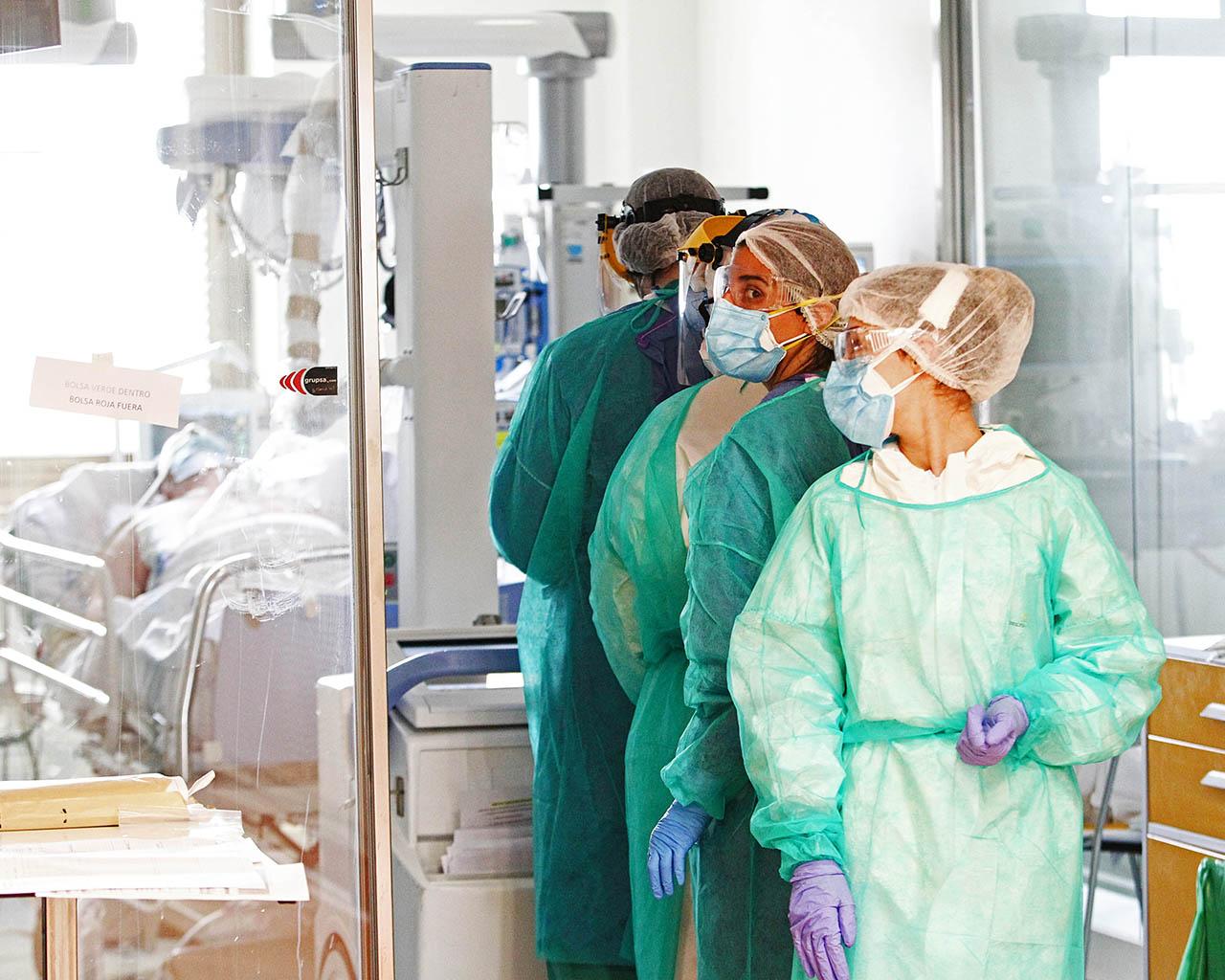 Personal sanitario realizando una radiografía a un paciente de Covid-19 en el hospital Ramón y Cajal de Madrid. 17/04/2020.