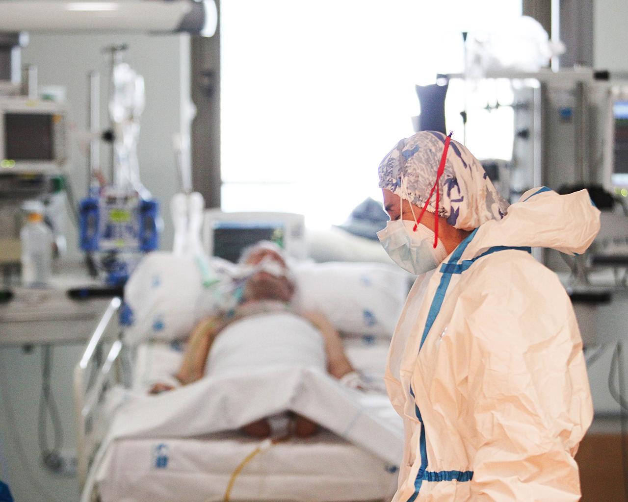 Personal sanitario atendiendo a un enfermo de Covid-19 en el hospital Ramón y Cajal de Madrid. 17/04/2020.