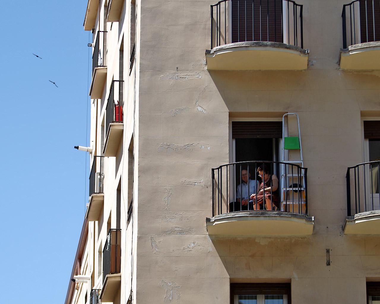 Una pareja de ancianos en su terraza, en Lavapies. Madrid. 28/05/2020.