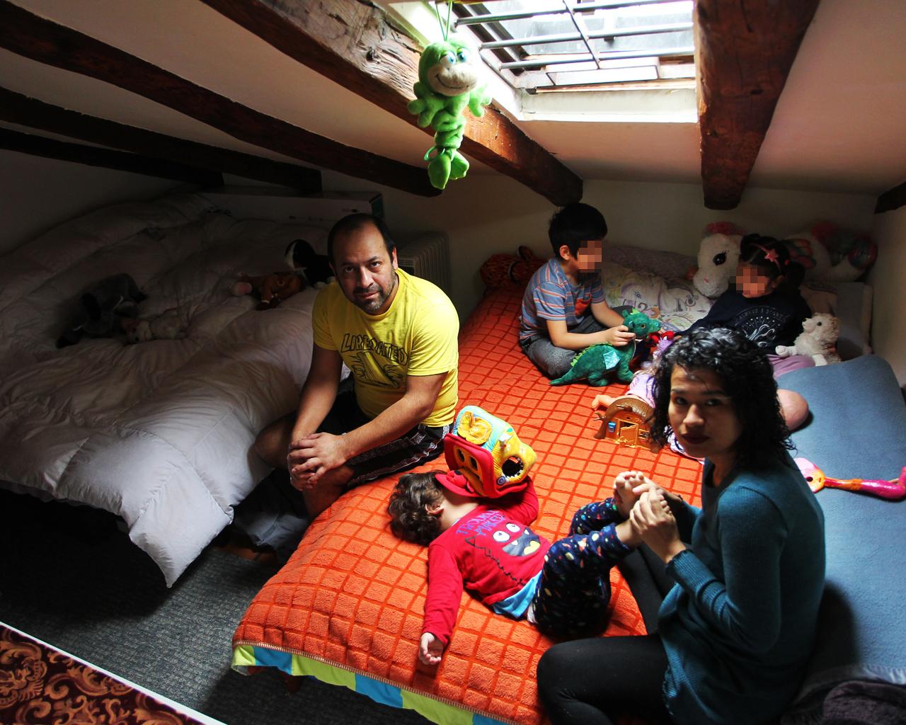Carmen y su familia viven confinados en un piso de apenas 30 metros cuadrados en el barrio de Las Letras. Madrid. 23/04/2020.